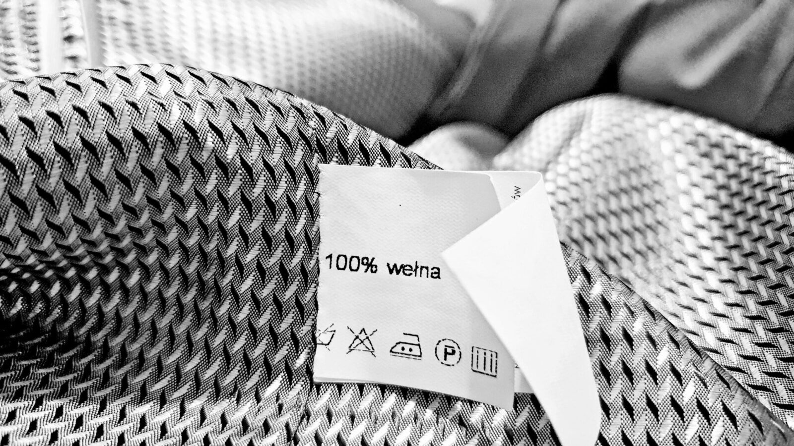 Materiał tekstylny o pamięci kształtu zrewolucjonizuje przemysł modowy. Pomoże opracować inteligentne ubrania i zmniejszyć ilość odpadów