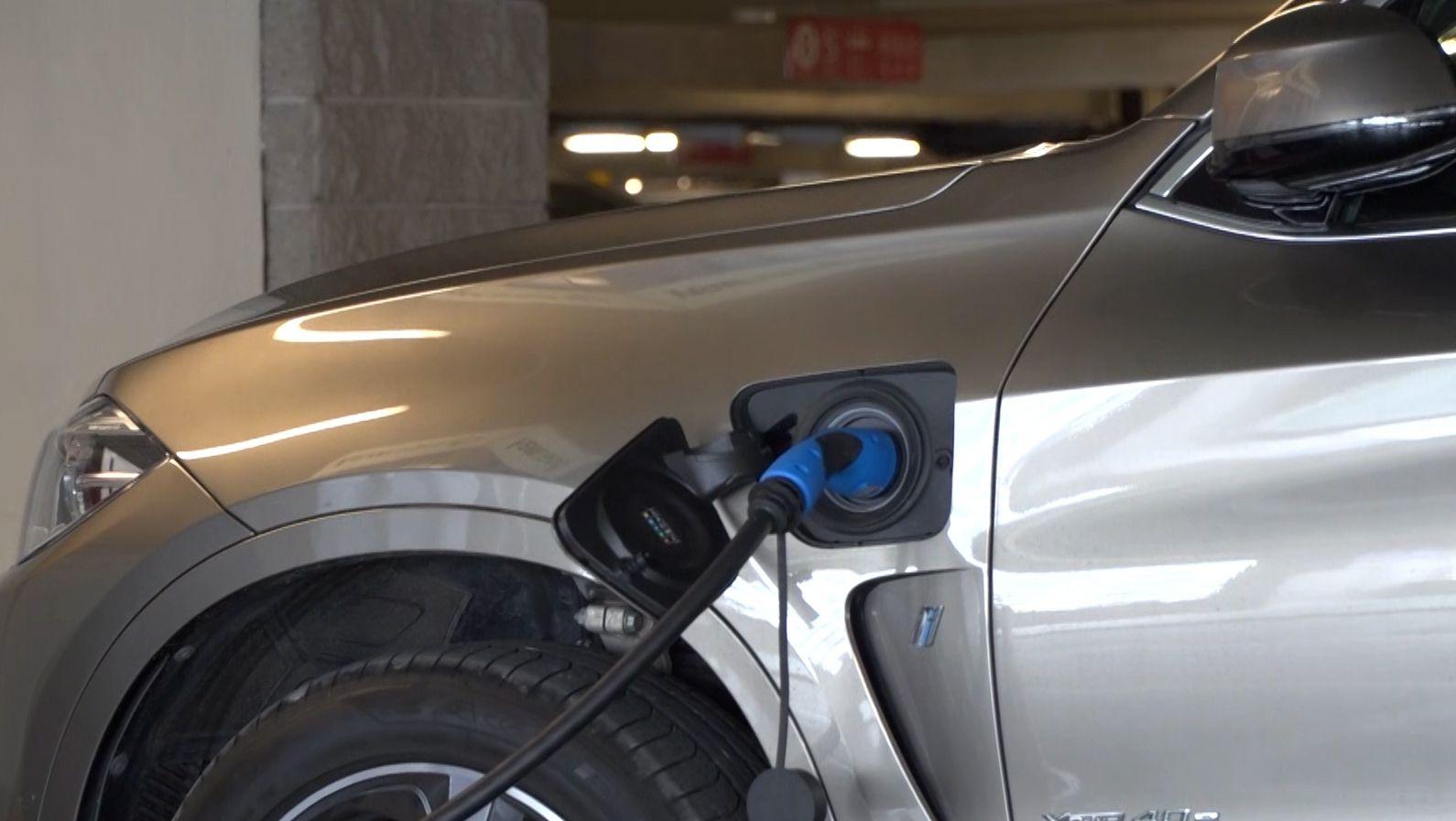 Eksperci: Zabezpieczenia przeciwpożarowe polskich parkingów podziemnych i tuneli nie są przygotowane na pojazdy elektryczne